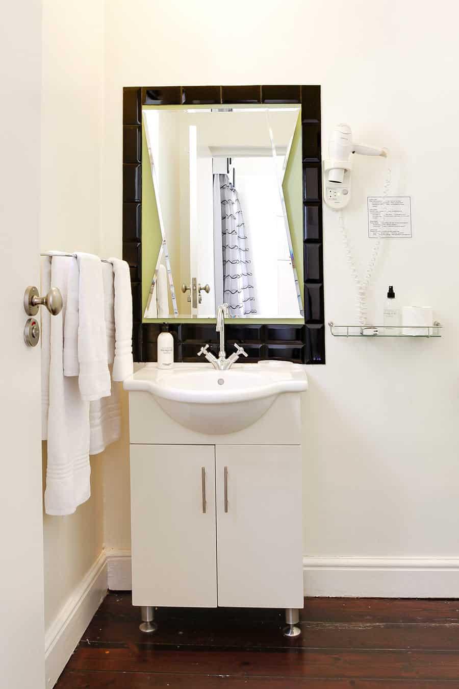 Art Deco bathroom self catering apartment